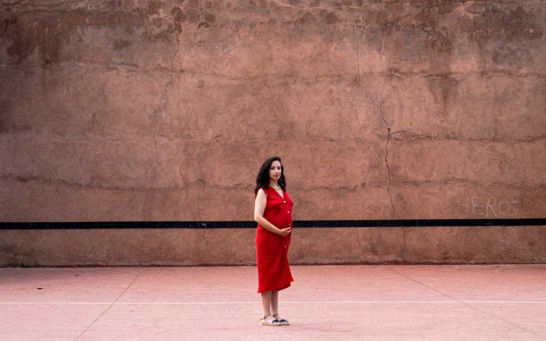 Mujer de rojo sobre fondo rojo